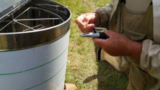 (13) Červen - Naše první medobraní. Rozbor množství vody v medu