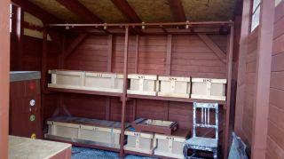 (25) Květen - Montáž a uspořádání vnitřního vybavení úložné boudy na 1. stanovišti